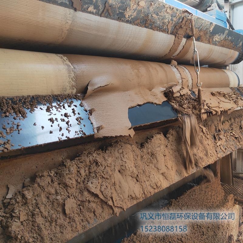 新疆维吾尔自治区邀您欣赏恒磊带式压滤机污泥脱水处理后的泥饼效果!